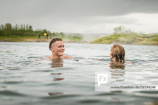 Junges Paar entspannt in der Secret Lagoon Therme (Gamla Laugin)  Fludir  Island