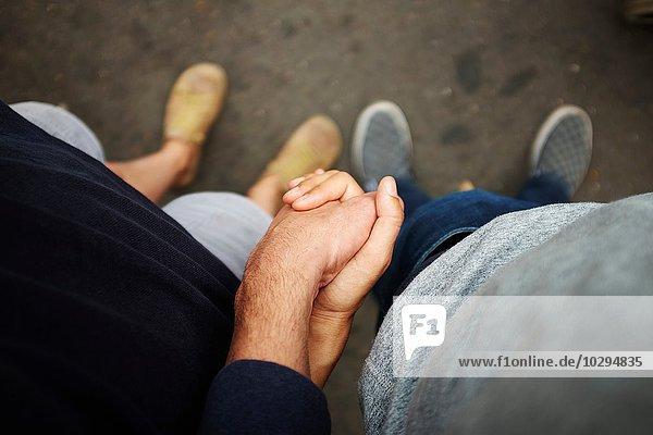 Draufsicht auf das Händchen haltende Paar