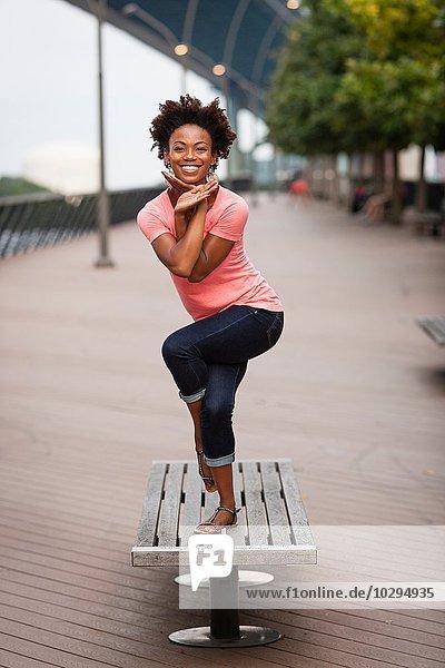 Junge Frau beim Drehen und Balancieren auf einem Bein
