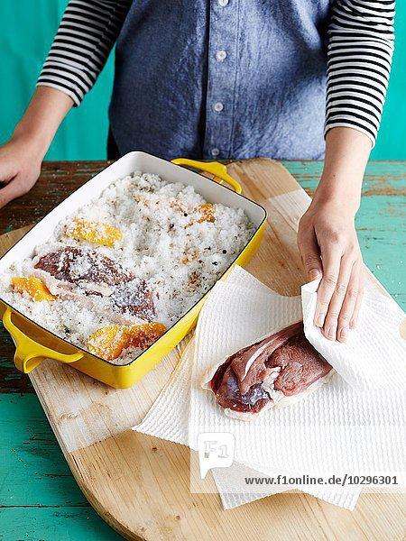 Frau bereitet Entenprosciutto Schritt 2 vor  Trocknen von gesalzenen Entenbrüsten