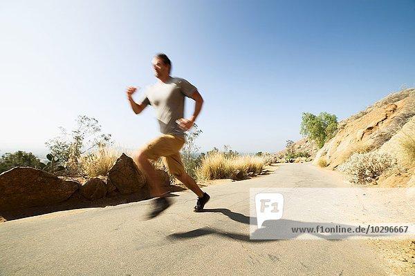 Junger Mann  rennend  draußen