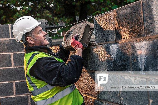 Arbeiter beim Mauern auf der Baustelle
