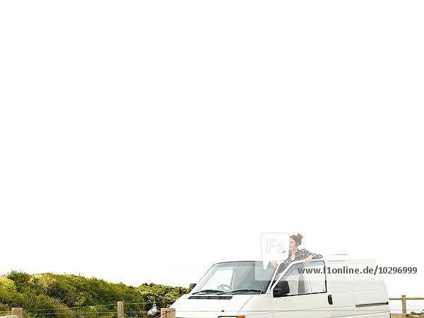 Junge Frau mit Blick aus dem Wohnmobil  Point Addis  Anglesea  Victoria  Australien