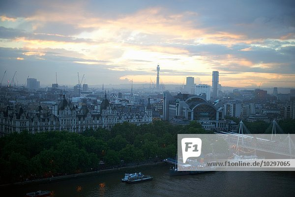 Erhöhte Ansicht der Fluss Themse und Uferpromenade im Morgengrauen  London  England  Großbritannien