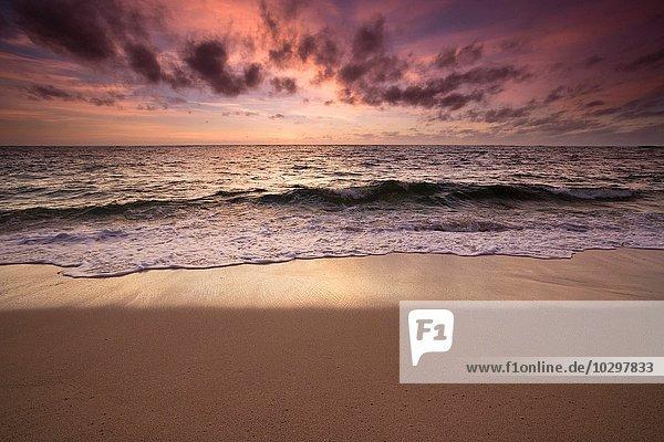 Sonnenaufgang über Meer und Küste  Prevelly Beach  Calgardup Bay  Prevelly  Western Australia  Australien