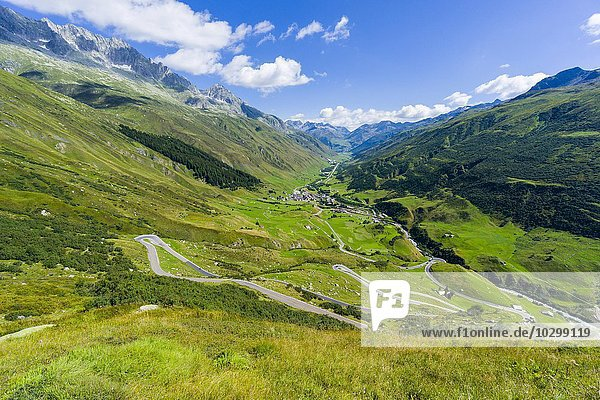 Straße zum Furkapass  Haarnadelkurven  grüne Felder am unteren Rand des Tales  Tiefenbach  Kanton Uri  Schweiz  Europa