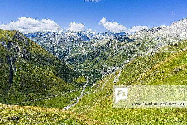 Straße zum Furkapass  Haarnadelkurven  Berge in der Ferne  Andermatt  Kanton Uri  Schweiz  Europa