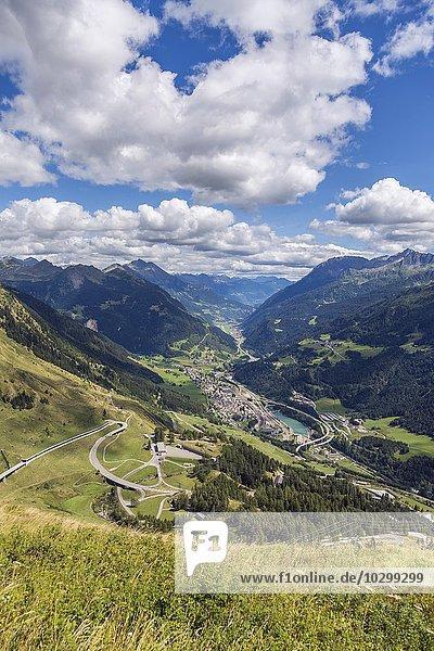 Gotthardpass  Südseite mit Passstraße  Ausblick auf Airolo im Leventina  auch Valle Leventina  Kanton Tessin  Schweiz  Europa