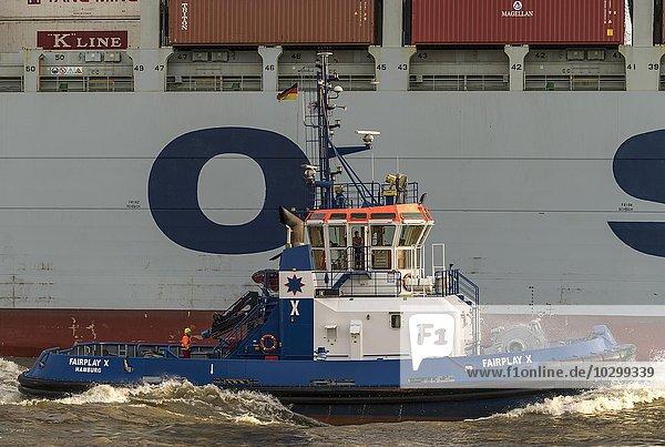 Schlepper neben Containerschiff auf der Elbe  Hamburg  Deutschland  Europa