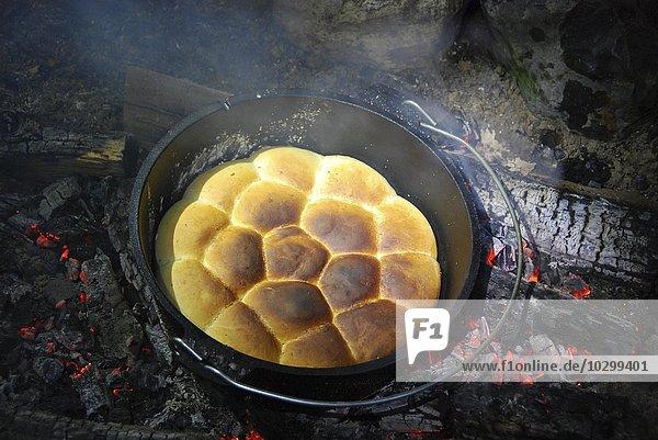 Fladen in einem Topf  Kochen über offenem Holzfeuer  Hamburg  Deutschland  Europa