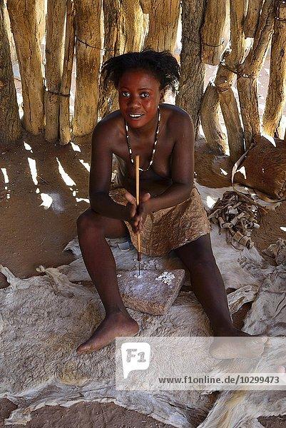 Damara Frau bei der Schmuck Herstellung  Damara Living Museum  Museumsdorf  Twyfelfontein  Namibia  Afrika