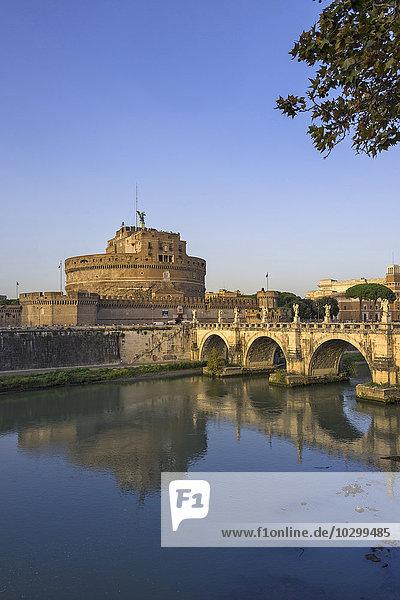 Engelsburg und Engelsbrücke über den Tiber  Abendlicht  Rom  Latium  Italien  Europa