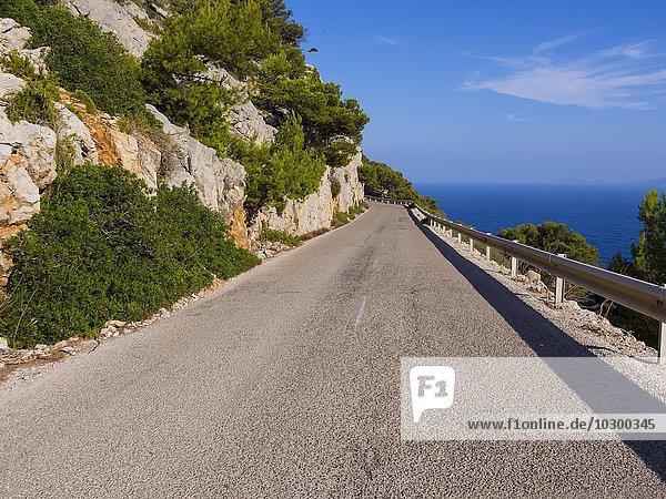 Enge Strasse nahe Cap de Formentor  Tramuntana-Gebirge  Mallorca  Balearen  Spanien  Europa