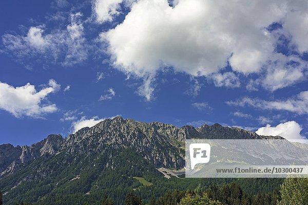 Wilder Kaiser mit Wolkenhimmel  Scheffau  Tirol  Österreich  Europa