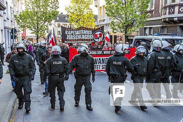 Polizei bei Demonstration  Aufmarsch von Rechtsextremen der Partei Die Rechte in Essen zum 1. Mai  mit Flagge Deutsches Reich  Essen  Nordrhein-Westfalen  Deutschland  Europa