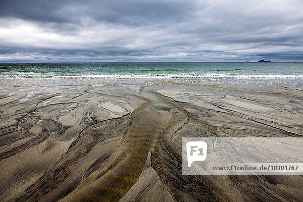 Struktur von abfließendem Wasser im Sand am Strand  Austvagsoya  Lofoten  Nordland  Norwegen  Europa