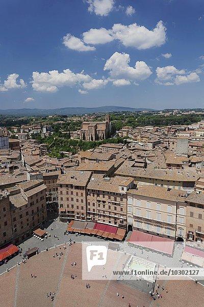 Piazza del Campo  hinten Basilika San Domenico  UNESCO Weltkulturerbe  Siena  Toskana  Italien  Europa