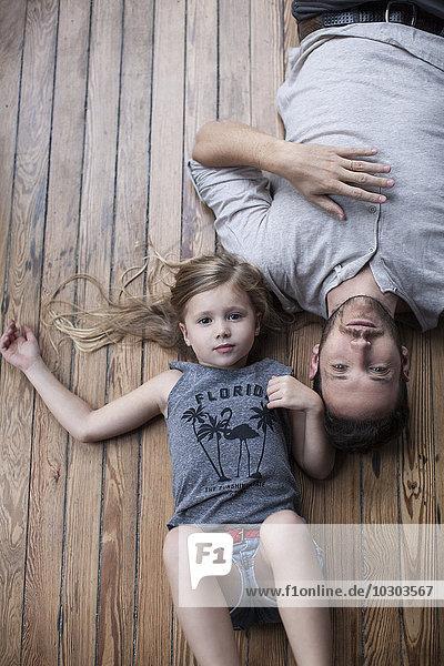 Kleines Mädchen und Vater hängen zusammen rum.