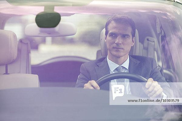 Mann fährt Auto ohne Passagiere