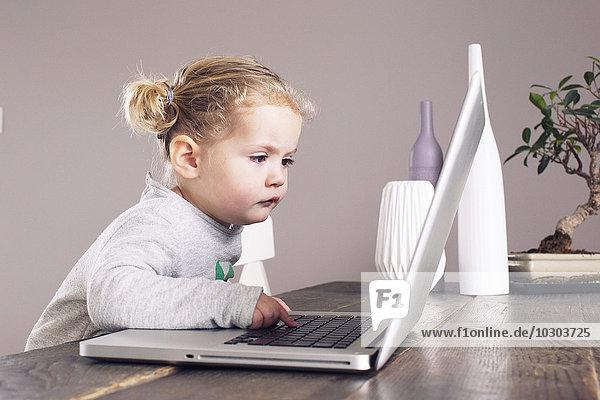Kleines Mädchen mit Laptop-Computer