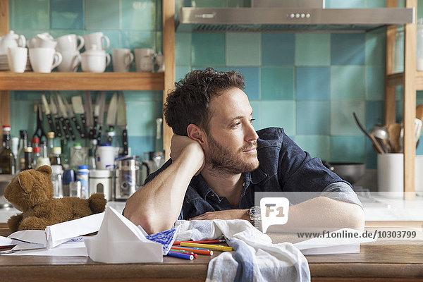 Mann träumt in der Küche