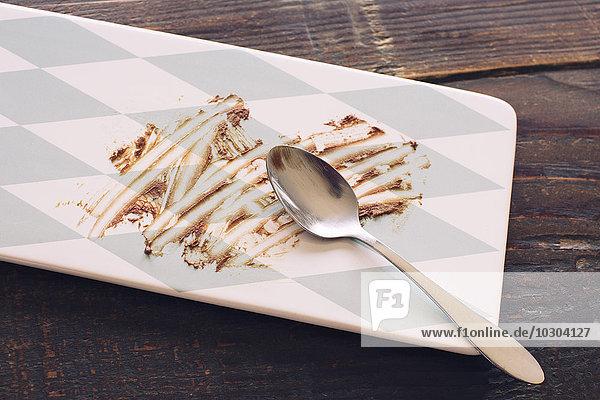 Leerer Dessertteller mit Schokolade bestreut