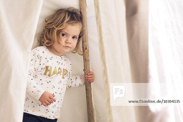 Kleines Mädchen spielt im Zelt  Portrait