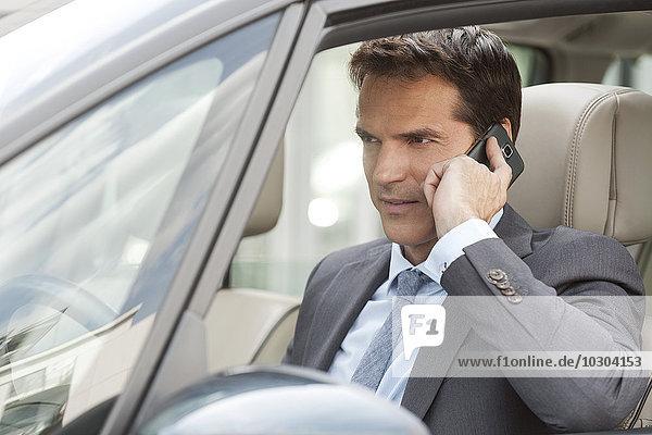 Geschäftsmann beim Telefonieren im Auto