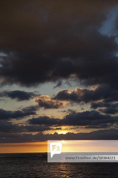 Bewölkter Himmel über dem Meer bei Sonnenuntergang