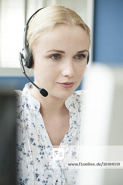 Bediener trägt Headset bei der Arbeit