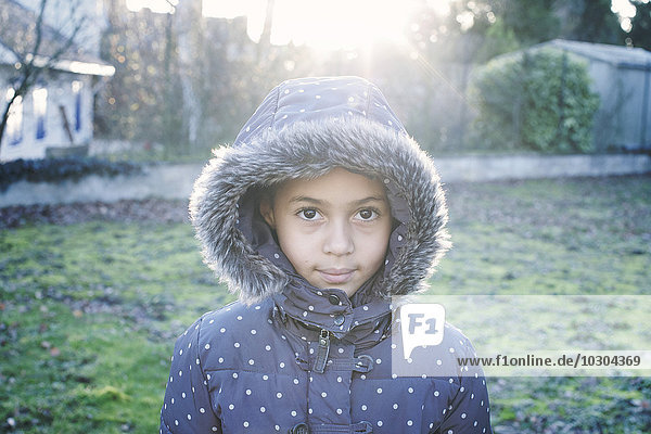 Mädchen im Kapuzenmantel  Portrait