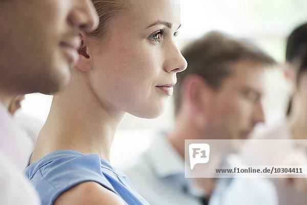 Geschäftsfrau mit Kollegen bei der Bürobesprechung