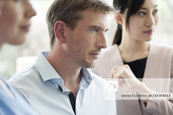Geschäftsmann  der aufmerksam zuhört  wenn er sich trifft.