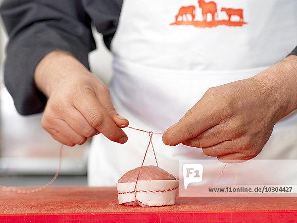 Metzger Bindegarn um geschnittenes Fleisch  gekappt