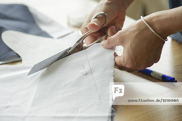 Frau schneidet Stoff  beschnitten