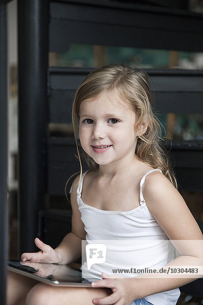 Kleines Mädchen mit digitalem Tablett  Portrait