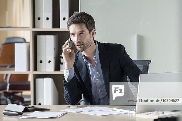 Geschäftsmann macht wichtigen Anruf