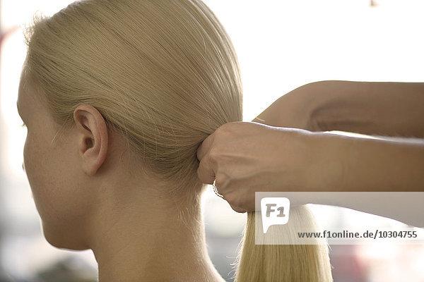Frau mit gestylten Haaren