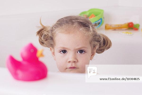 Kleines Mädchen im Bad sitzend mit unglücklichem Ausdruck  Portrait