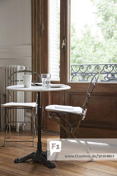 Kaffeetasse  Glas und Zeitung auf dem Tisch