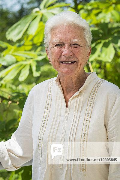 Porträt einer lächelnden Seniorin