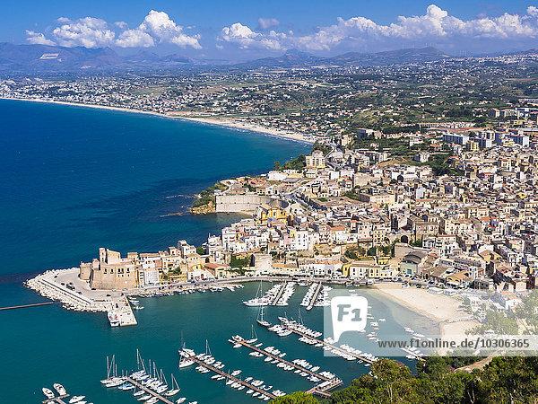 Italien  Sizilien  Stadtbild von Castellammare del Golfo mit Festung und Hafen
