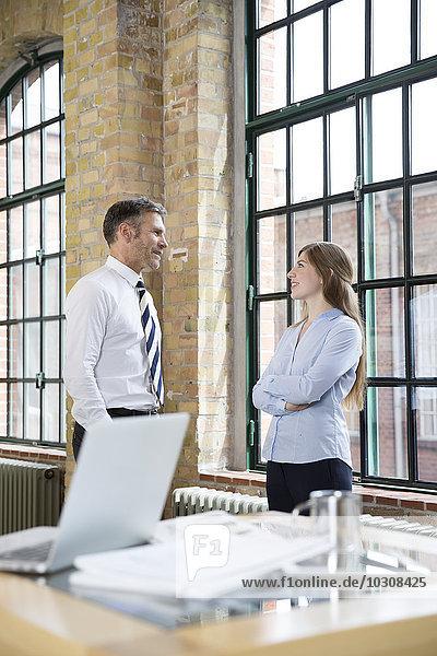 Reife Männer und Frauen  die im Amt reden.