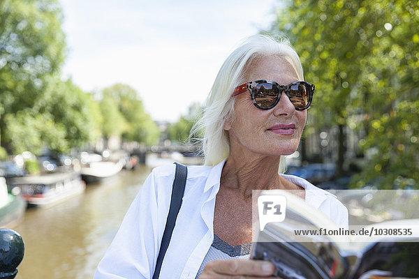 Niederlande  Amsterdam  Seniorin Lesungstour Buch am Stadtkanal