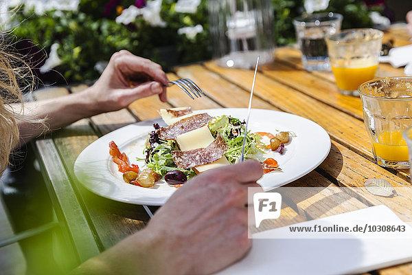 Teller mit Vorspeise im Außenrestaurant