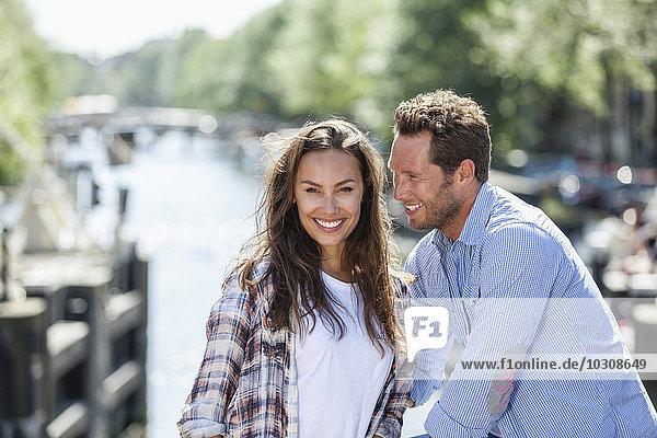 Niederlande  Amsterdam  glückliches Paar am Stadtkanal