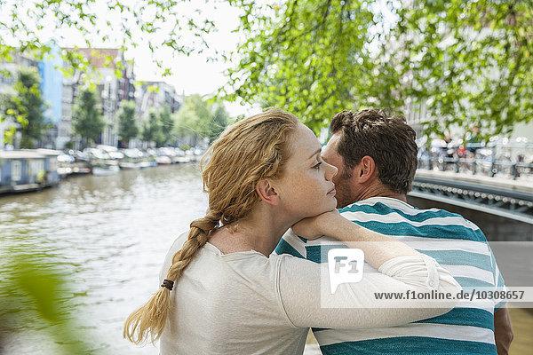 Niederlande  Amsterdam  entspanntes Paar am Stadtkanal