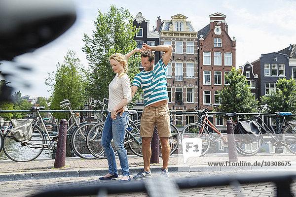 Niederlande  Amsterdam  glückliches Paar in der Stadt