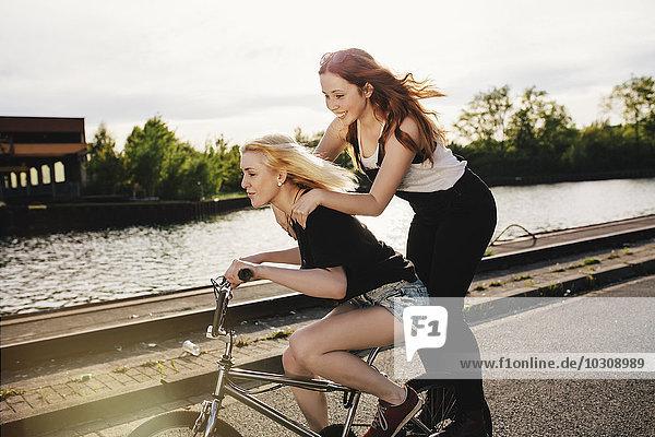 Zwei Freunde  die zusammen BMX fahren