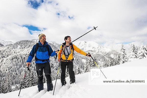 Österreich  Altenmarkt-Zauchensee  zwei Skibergsteiger auf dem Weg nach Strimskogel